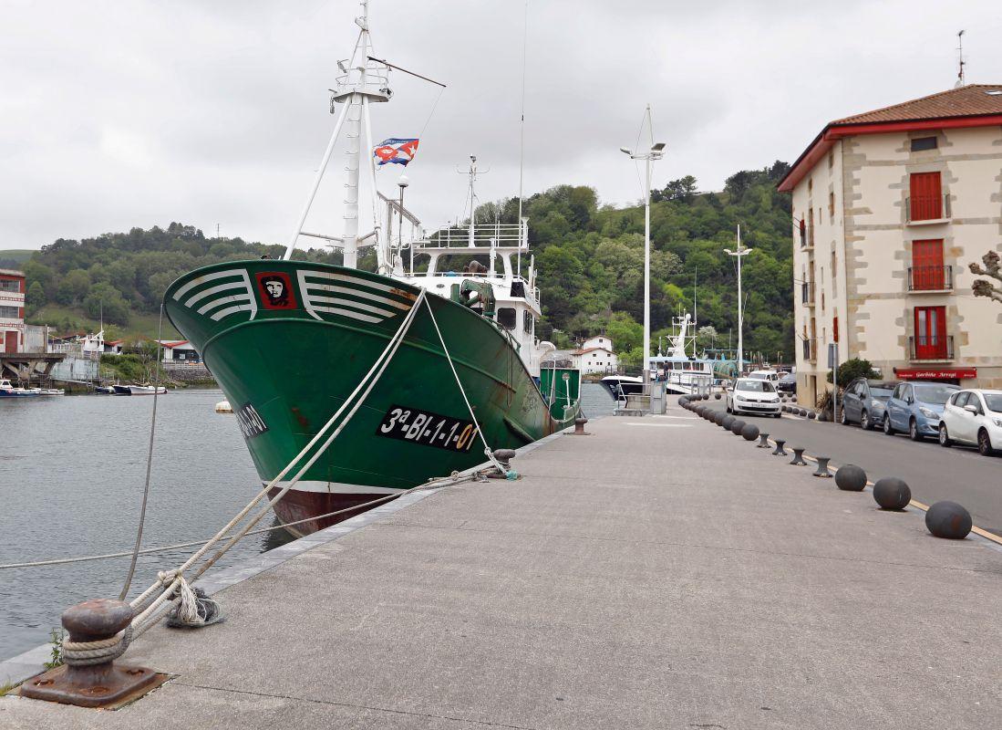 Los barcos de pesca anclan en el centro de Orio, Guipúzcoa.