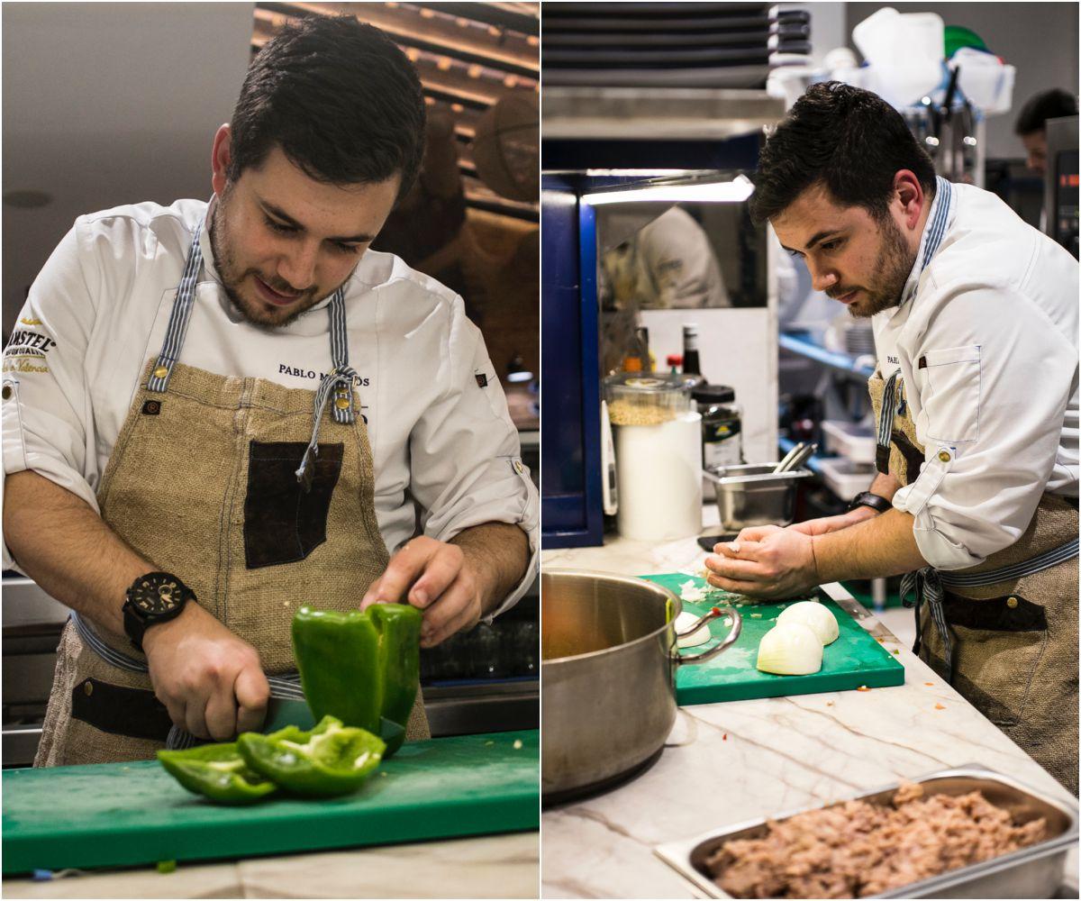 El chef cortando la verdura para la 'titaina'.