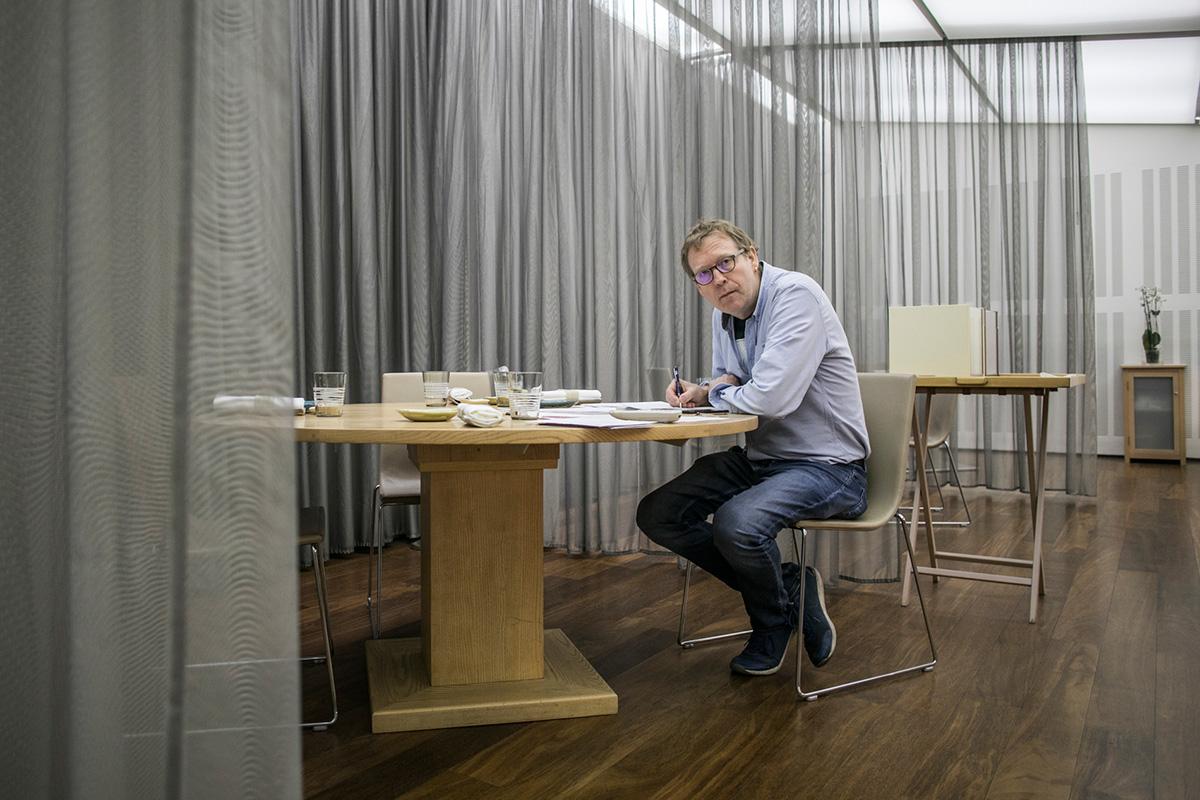 El alemán Bernd H. Knöller sentado en su restaurante en Valencia, el 'Riff'.