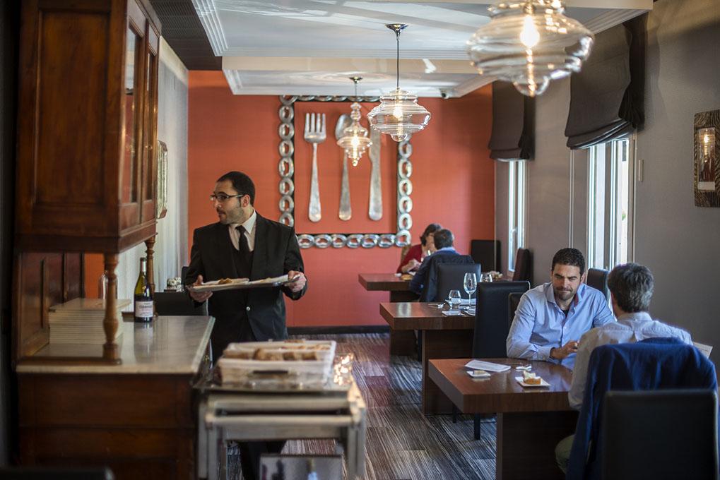 El colorido comedor del piso superior en que no faltan los clientes cualquier día entre semana.