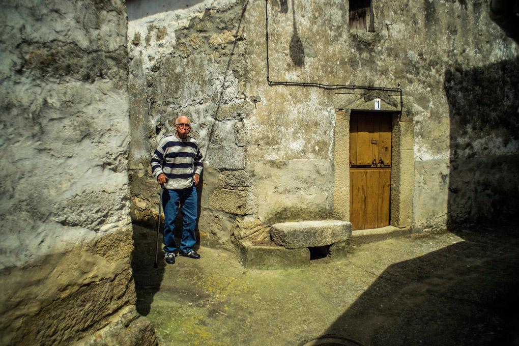 Un vecino del Guijo de Granadilla, donde vivió el poeta que da nombre al pantano.