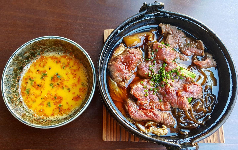 'Sukiyaki' de carne de Kobe con una base soja, sake y 'mirim', dos tipos de setas japonesas, Shitake y Shimeji, fideo de patata, tofú y col, acompañado de huevo a baja temperatura. Foto: Facebook Tori-Key.