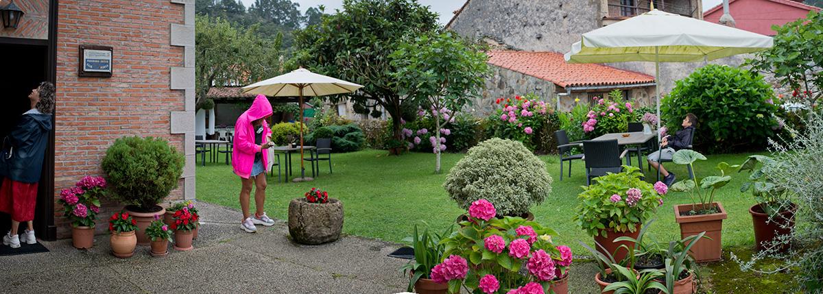 La 'Posada de Muño', sin pretensiones y agradable. La lluvia marcará el desayuno en el patio, como siempre en el Norte. Foto: Sofía Moro.