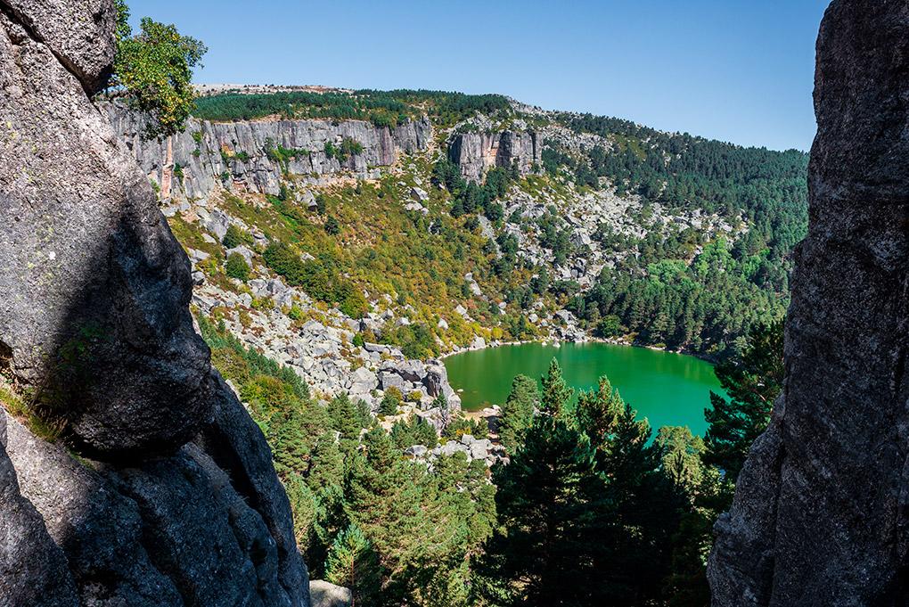 La laguna está encajada en un paisaje a 2.000 metros de altura. Foto: shutterstock.
