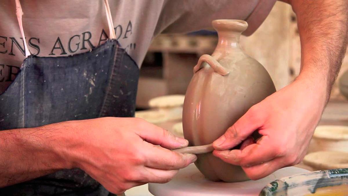 El modelaje de las piezas se hace a mano en el torno alfarero. Foto: Alfarería La Nava