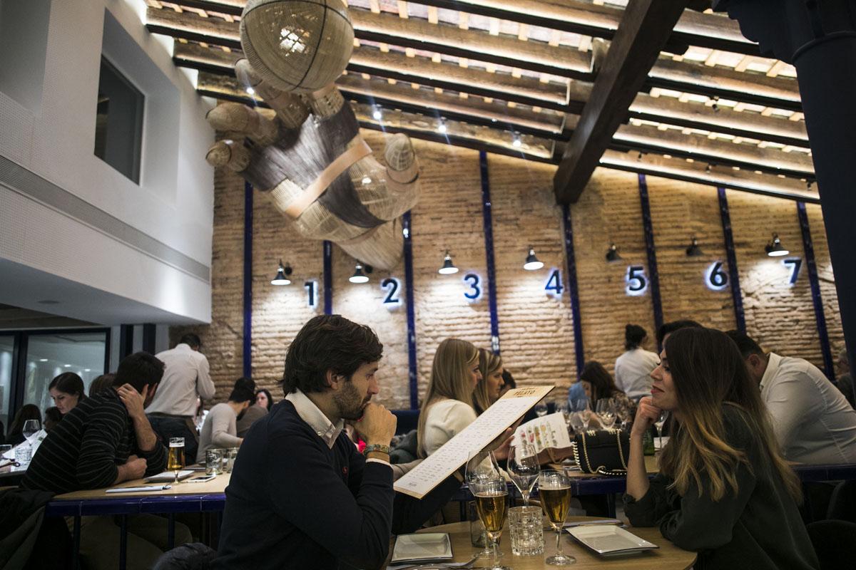El artesonado de madera a dos aguas del techo da al nuevo restaurante un encanto especial.