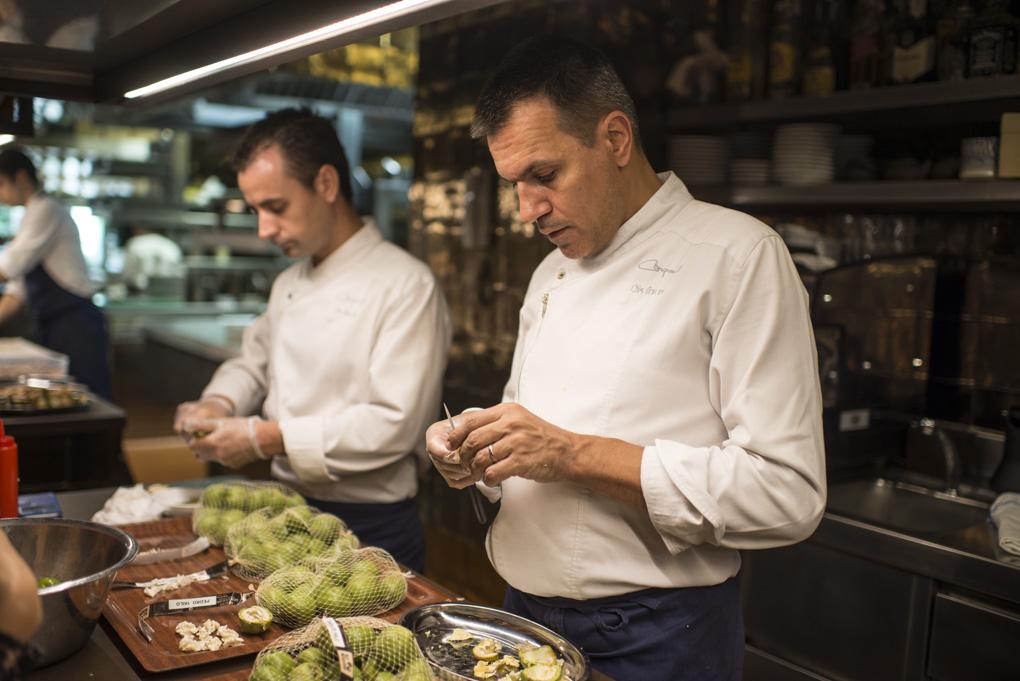 Oriol Castro y Eduard Xatruch pelan nueces verdes tiernas en la cocina de 'Disfrutar'. Foto: Sofía Moro.