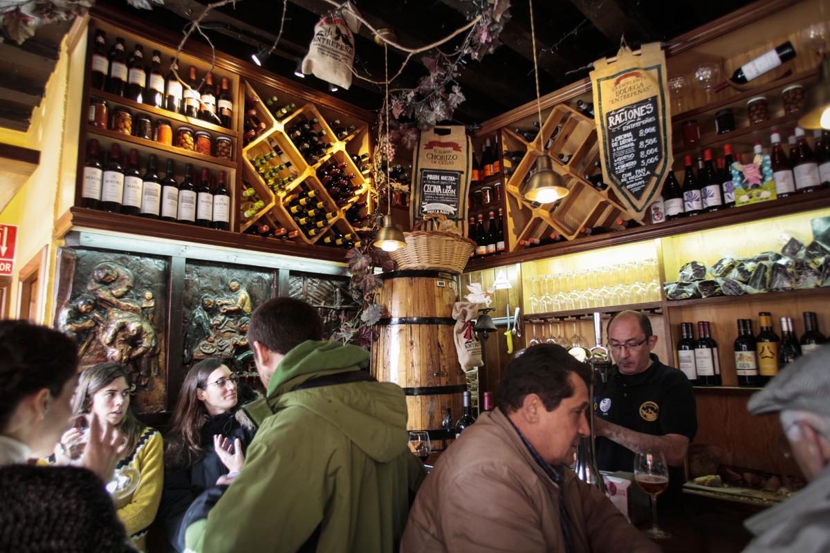 En este bar huele a montaña, a vino y a cecina.