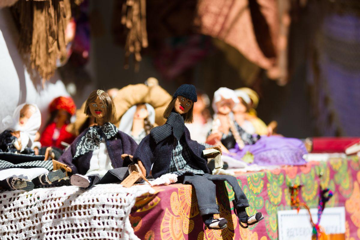 Detalle de muñecos de trapo en el mercadillo de Las Dalias, Ibiza.
