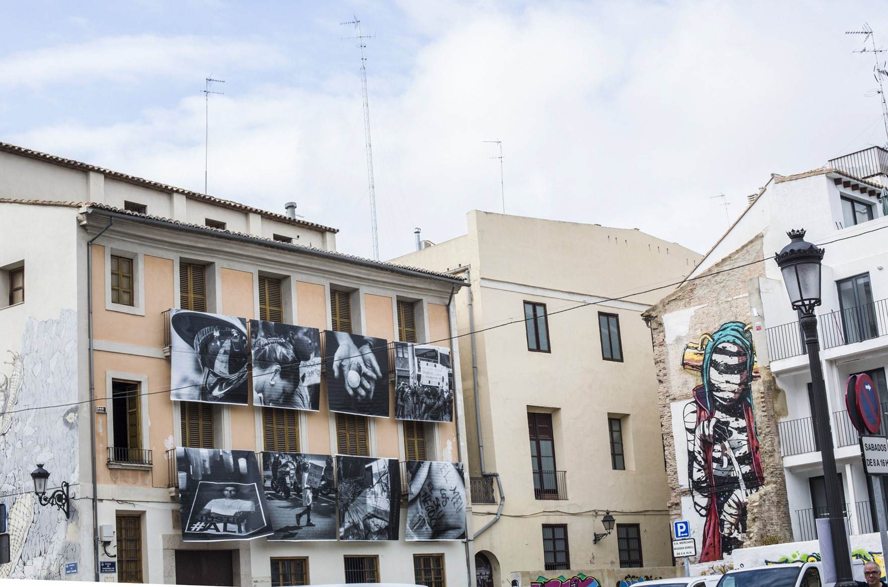 Las fotos en blanco y negro colgadas en los balcones combinan con la fachada intervenida.