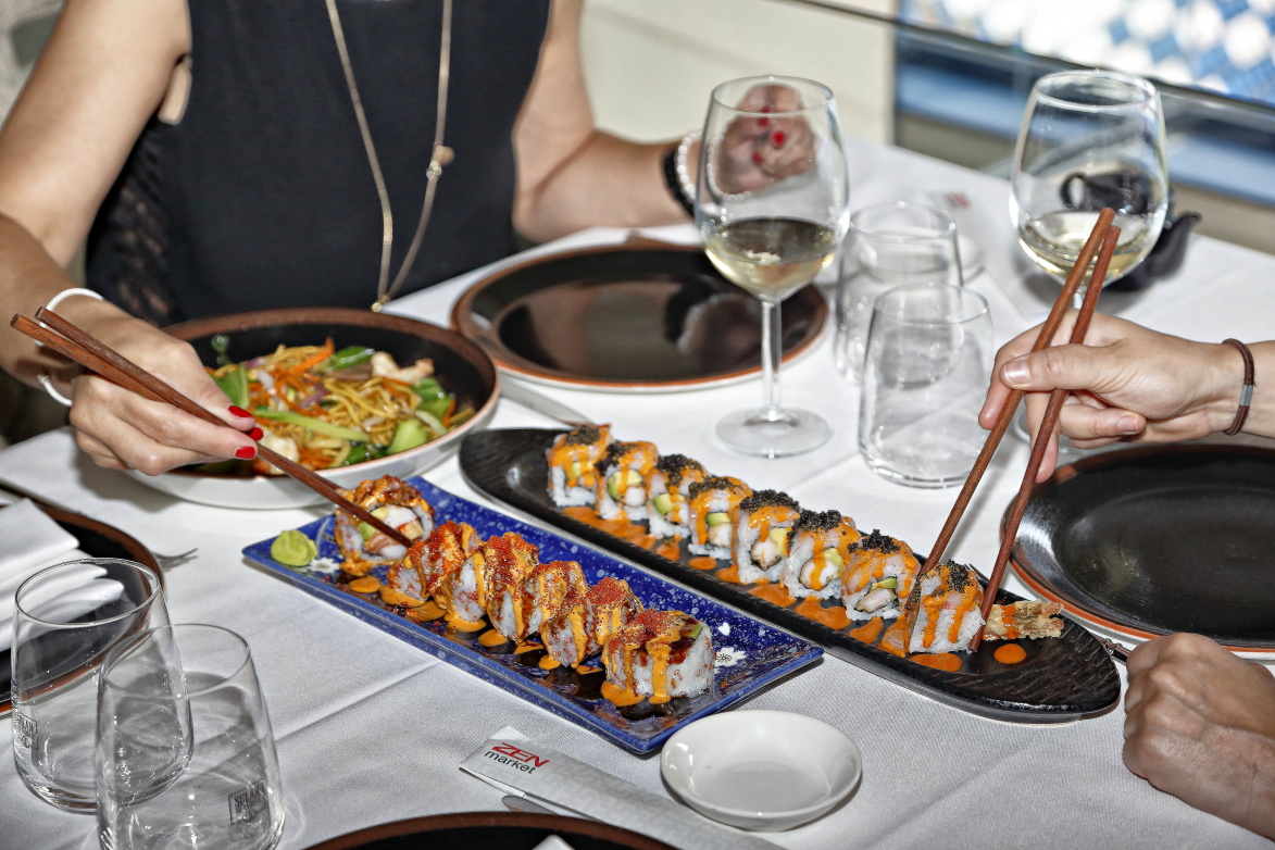 La especialidad son los 'sushis' y 'sashimis', así como el pato y los solomillos en varios estilos