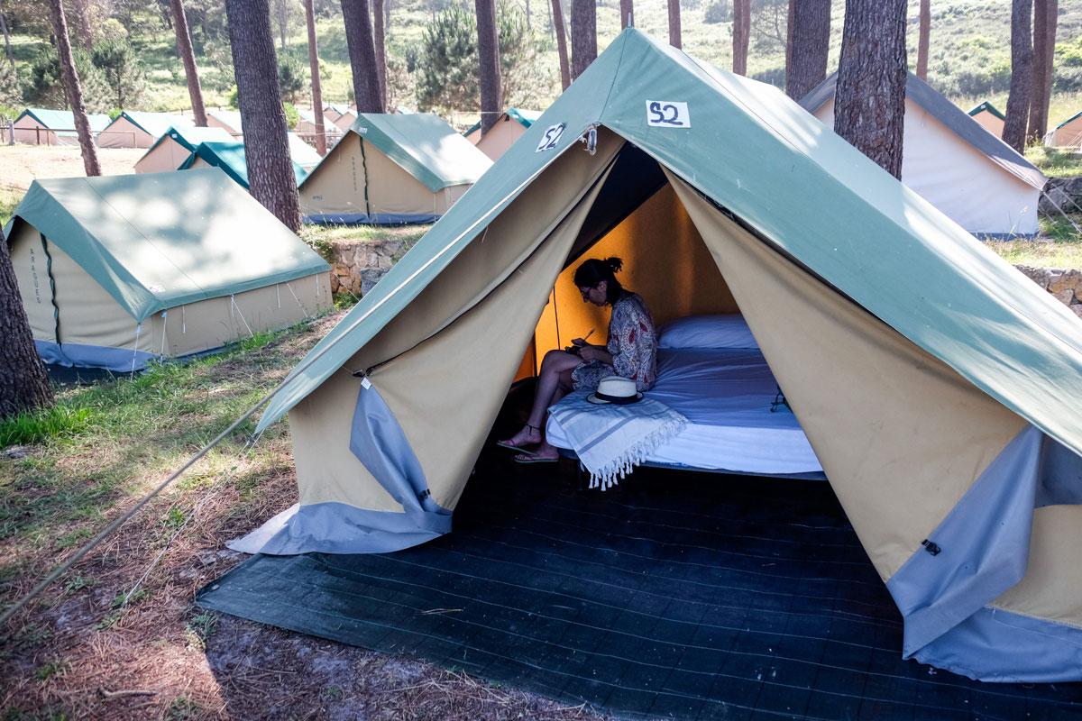 Las tiendas de alquiler del camping tienen una o dos camas dobles.