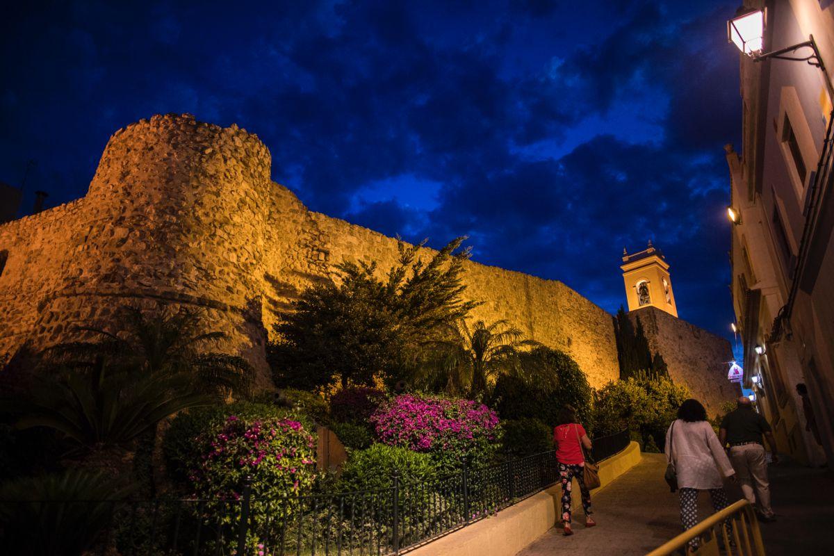 Vista de la muralla de Calpe con iluminación nocturna.