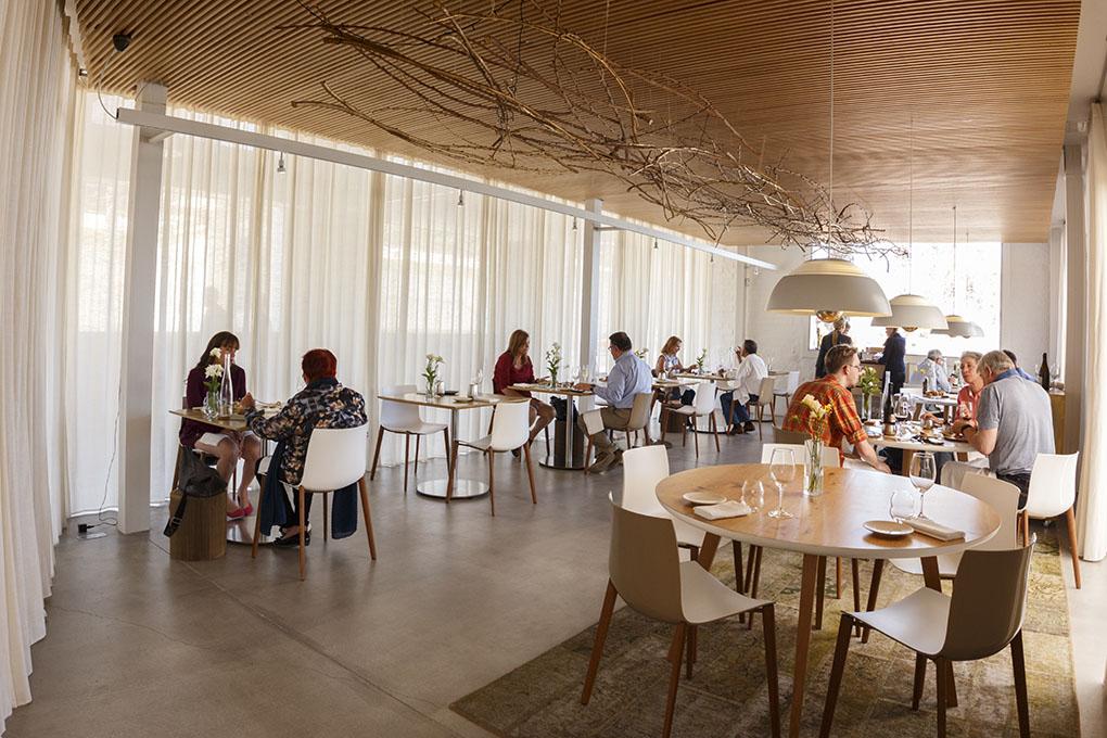 La sala del restaurante está decorada con elementos náuticos, en consonancia con el entorno del Real Club de Regatas.