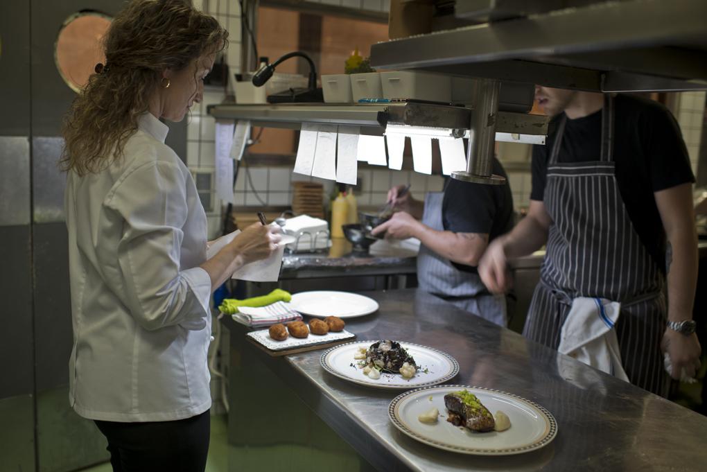 Ana, jefa de Sala, comprueba la comanda antes de que los platos salgan a la mesa.