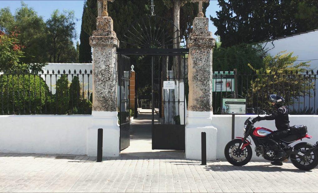 Clara Peñalver, en el cementerio de Monturque, Córdoba.