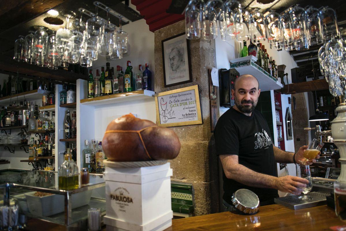 Jose, de 'La Rebotica', listo para recibir a la clientela.