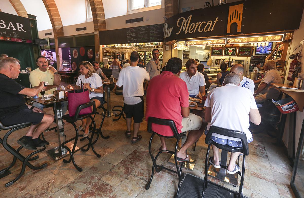 Las mesas del 'Bar Mercat' siempre están llenas. Foto: Xavi Gutiérrez.