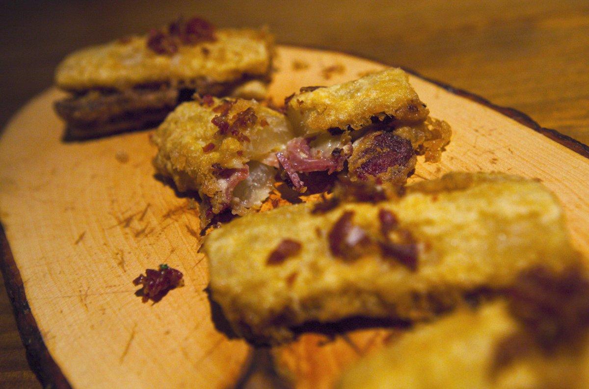 Librillo de pencas de acelga rellenas con queso Idiazábal y jamón serrano.