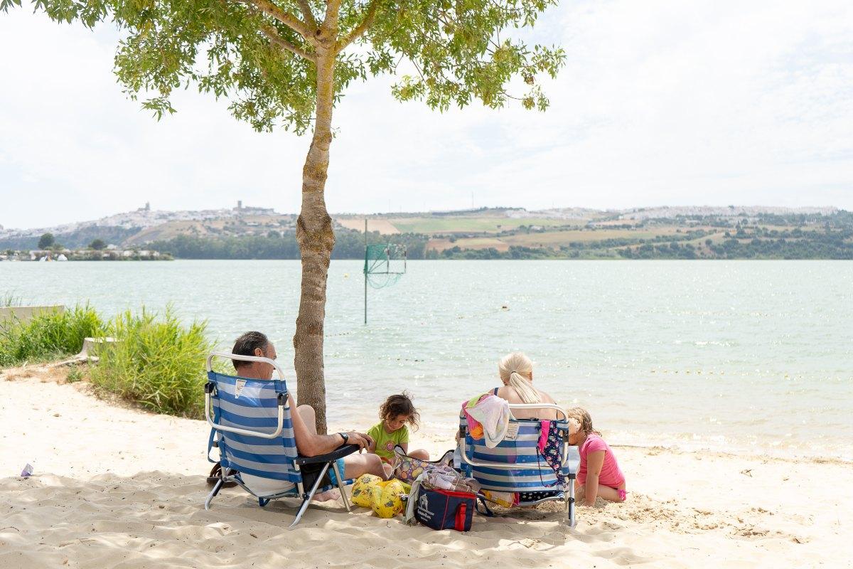 Para las familias, la pequeña playa de Arcos es un planazo.