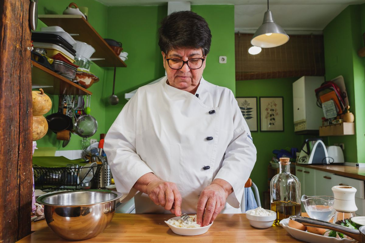 Rosa Tovar preparando las Pataniscas de Bacalhau