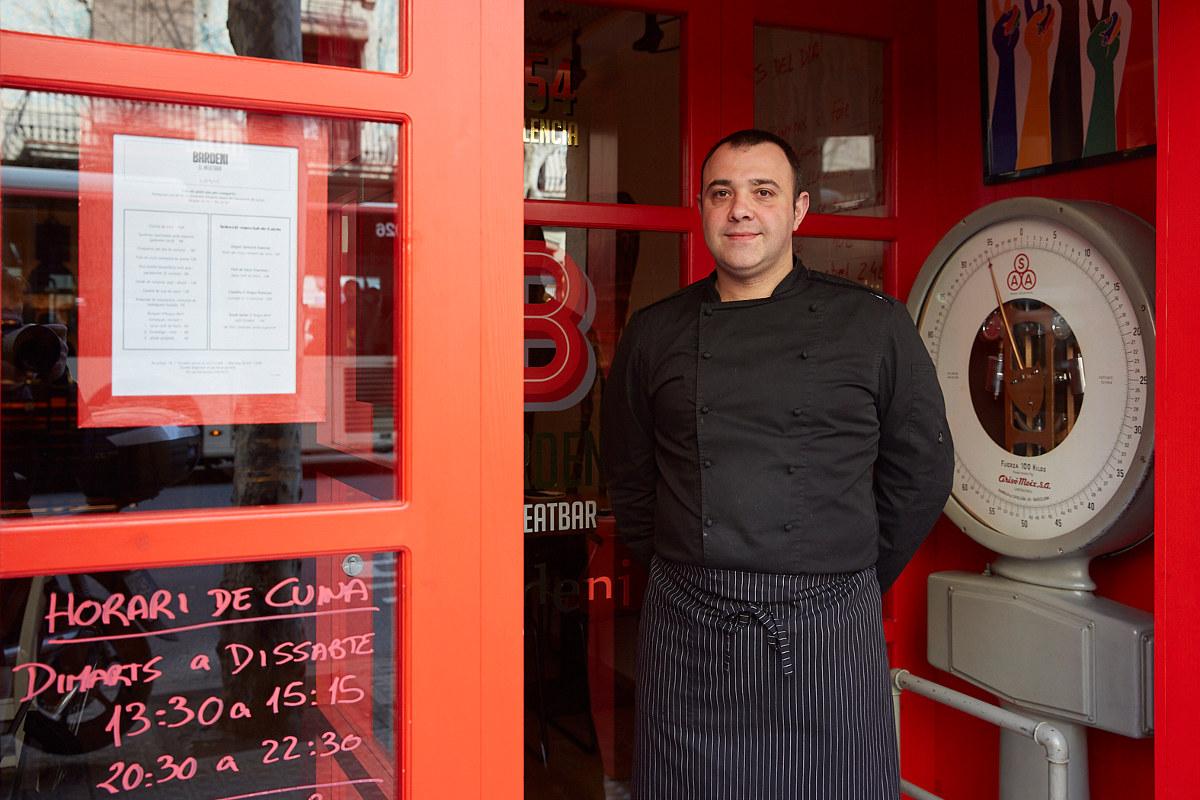 Dani Lechuga en la puerta de su restaurante carnívoro.