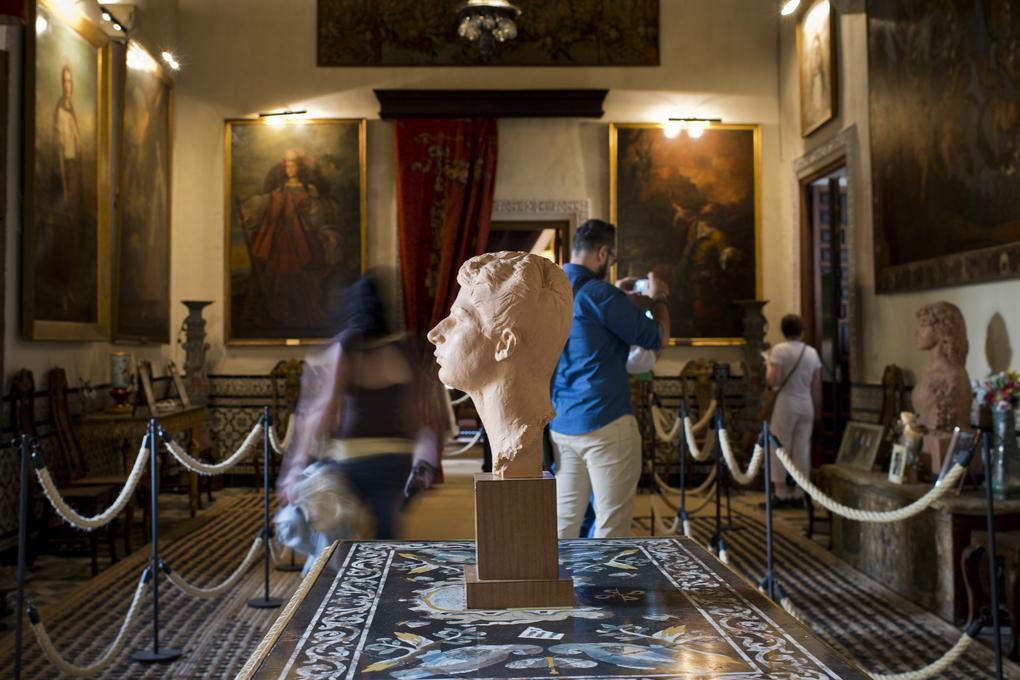 Bustos del actual duque y su madre entre pinturas de sus antepasados.