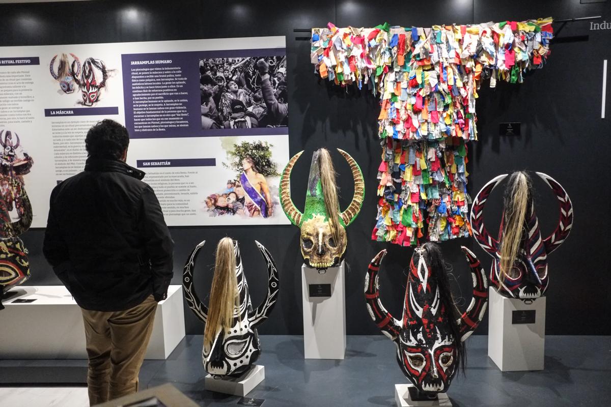 En el Museo se expone el traje, que lleva más de 3.000 cintas de colores.
