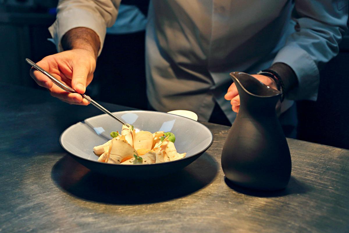 El pollo a la pepitoria, uno de los platos que hicieron triunfar al cocinero
