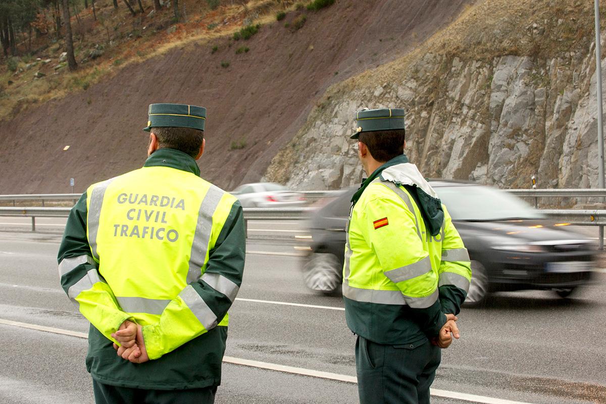 Respeta las normas de circulación y recuerda que hay controles por tu seguridad. Foto: Shutterstock.