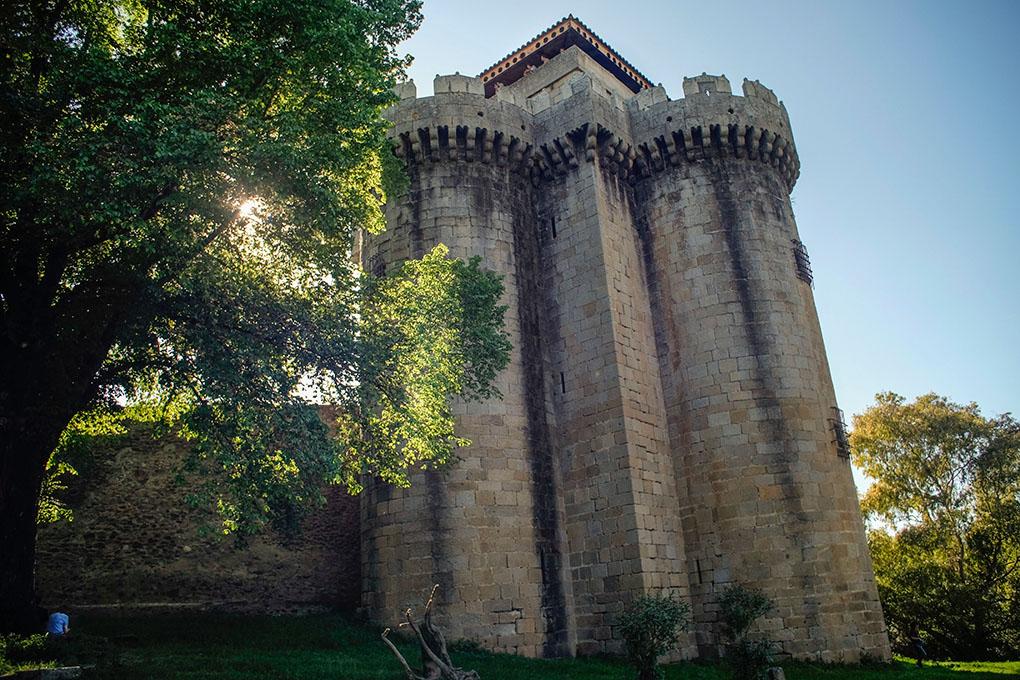 El castillo de la villa recibe a los visitantes.