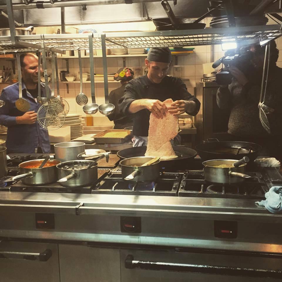 Preparación del famoso (e ingente) escalope Armando de La Ancha. Foto: Facebook La Ancha.