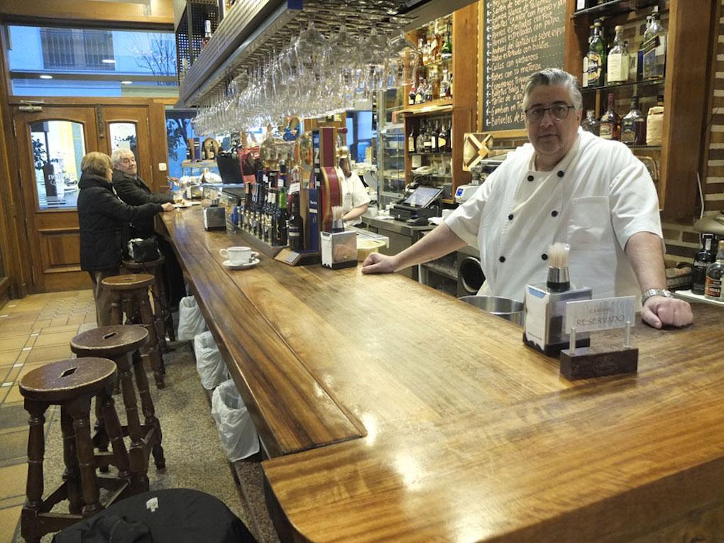 Antonio García Pino tras la barra de su restaurante. Foto: Javier Díaz.