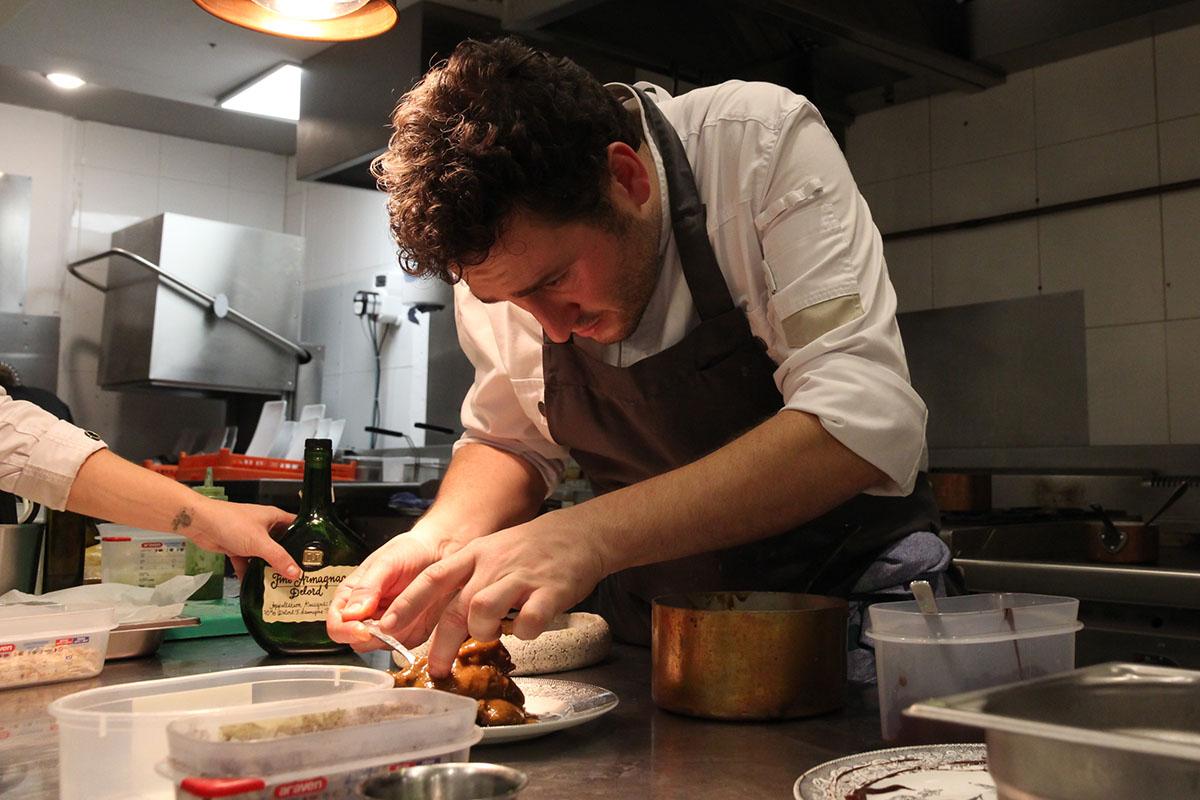 Ismael Iglesias, en la cocina de 'Rita'.