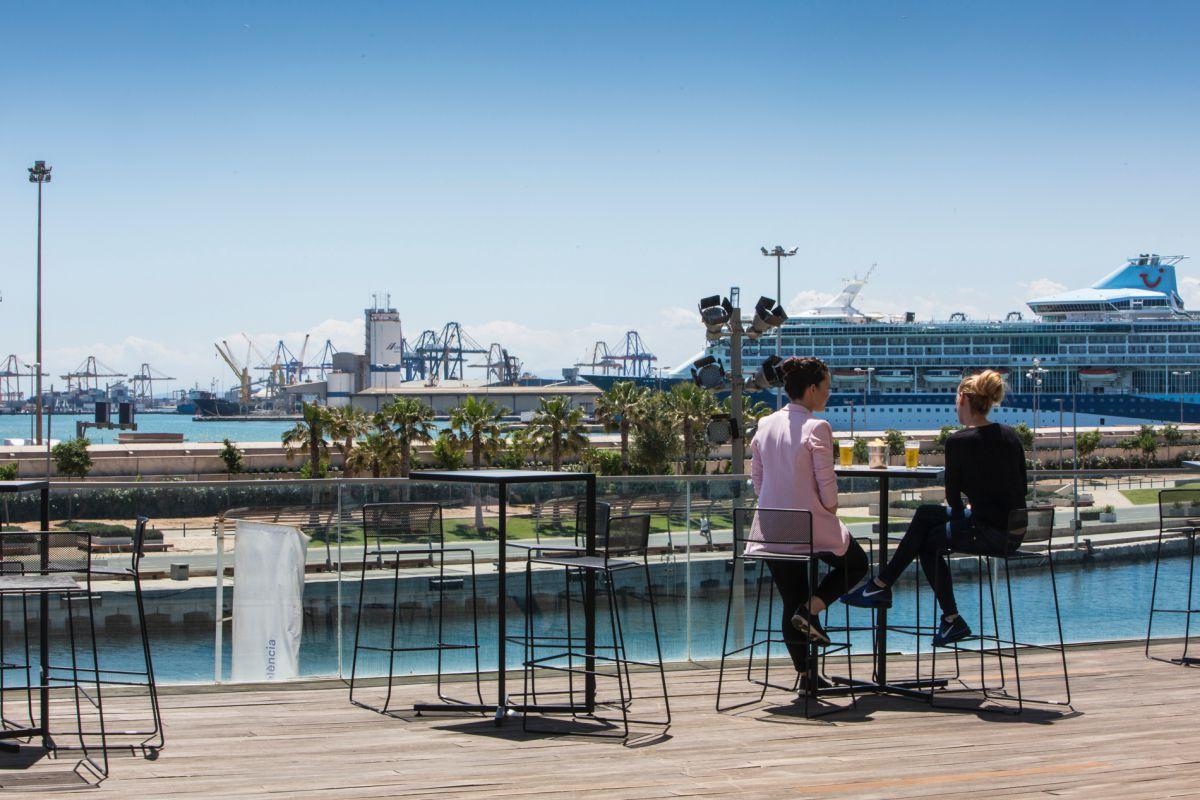 Dos chicas toman una cerveza en la terraza del 'Malabar', la hamburguesería del grupo La Sucursal en el Veles e Vents, Valencia.