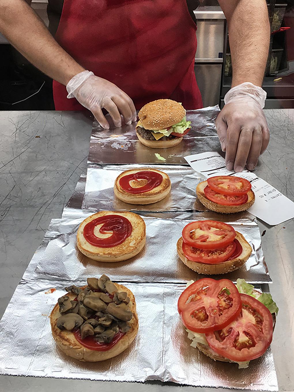 Las hamburguesas, listas para montar.