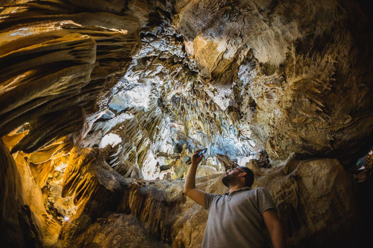 Mirando las formaciones de estalactitas y estalagmitas de la Cueva de Masero, de las Cuevas Fuentes de León, en la provincia de Badajoz.