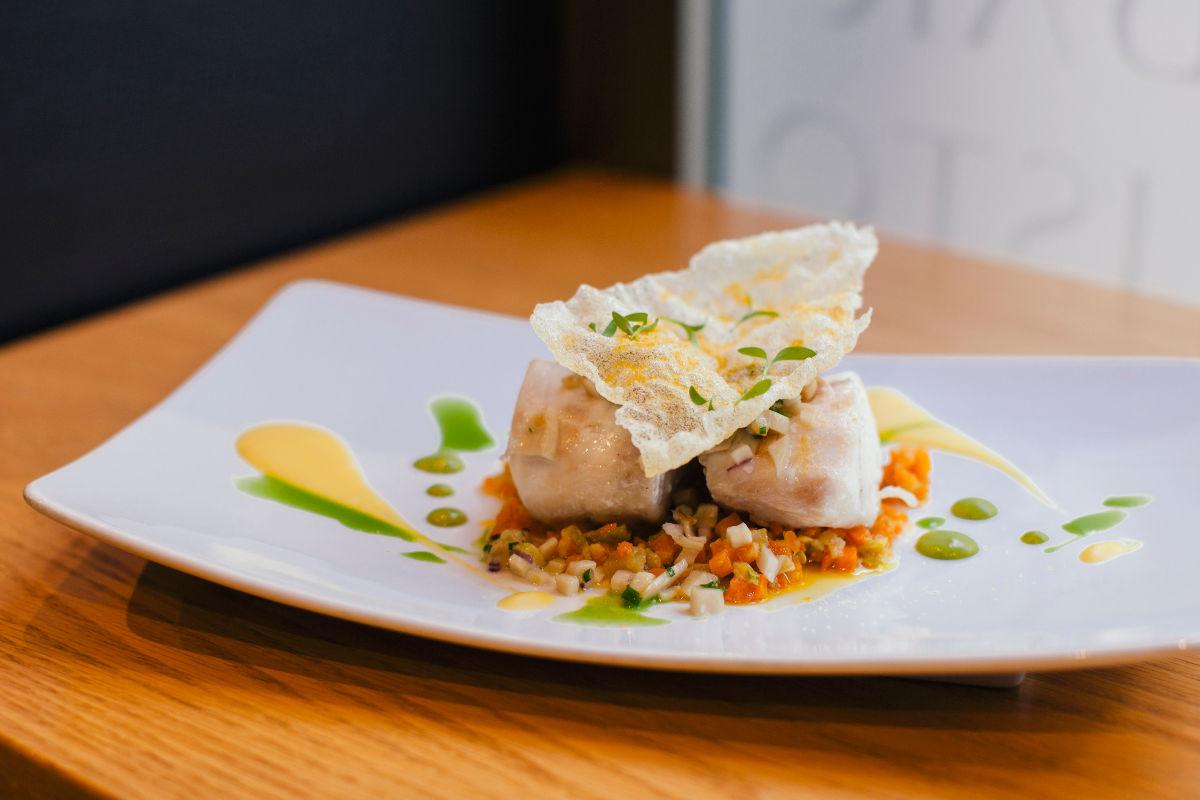 Romerete ligeramente ahumado con puré de cilantro, tartar de setas y corteza de millo.