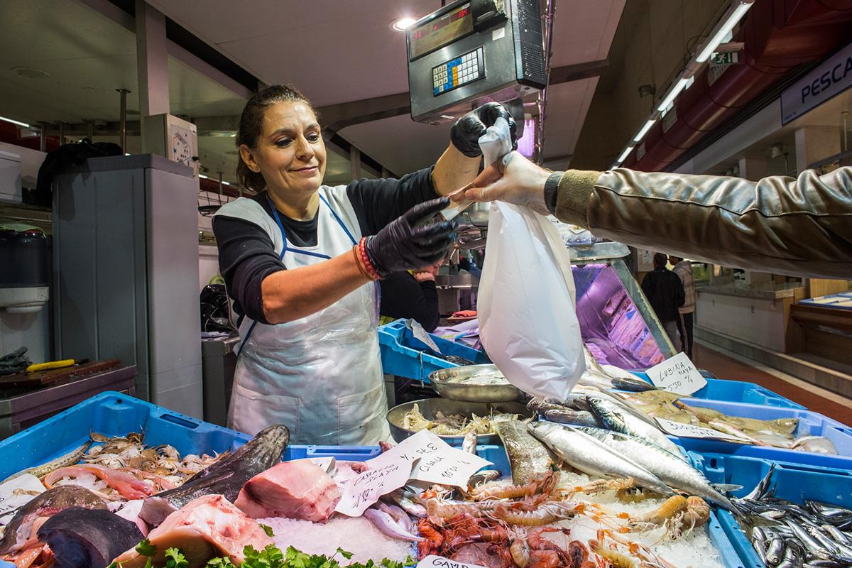 La pescadera Amparo vende el producto, como en otros puestos, que luego te preparan en el bar.
