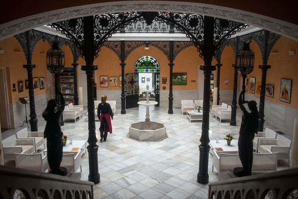 Hall del hotel con una fuente en el medio