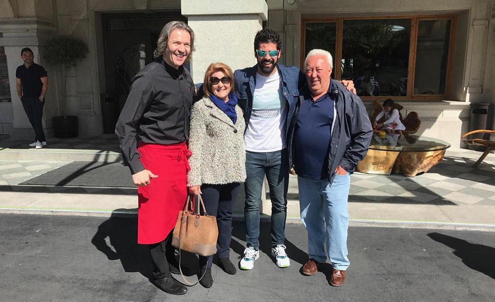 El actor junto a Óscar (izquierda), uno de los dos encargados de 'Sala', y los padres de este, fundadores del restaurante. Foto: Restaurante Sala.