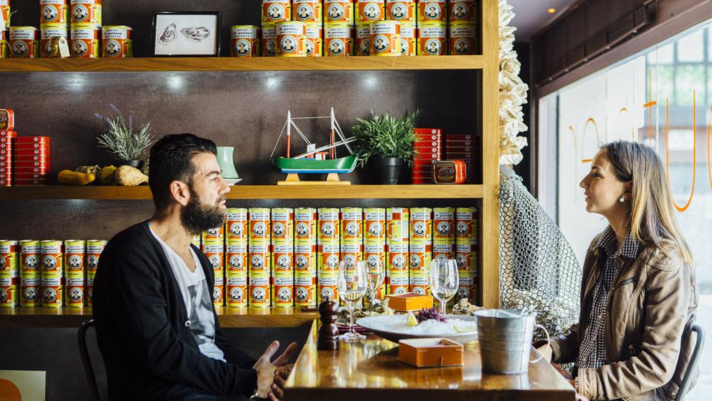 Una pareja disfruta en el interior del restaurante 'Gouthier'.