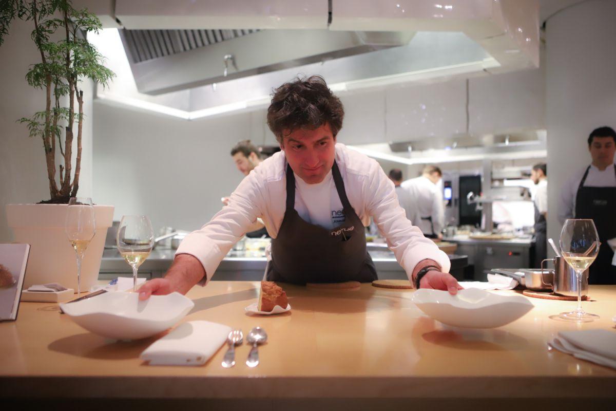 El cocinero Josean Alija sirviendo en la barra de su concepto La mesa del chef, del restaurante Nerua, Bilbao.