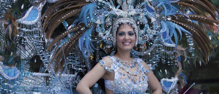 Los trajes de las reinas del carnaval están llenos de brillo y color.