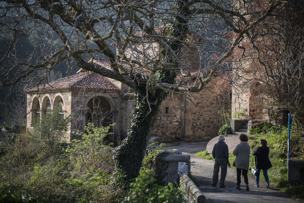 La torre campanario de la derecha es del siglo XIX, casi mil años más joven que la Iglesia. No confundir.