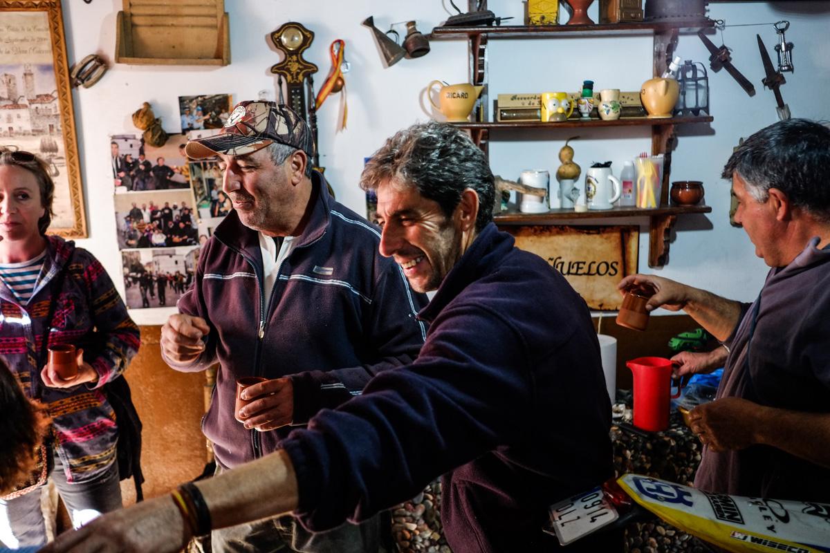 Algunos vecinos abren las puertas de su casa para compartir vino, matanza o migas extremeñas
