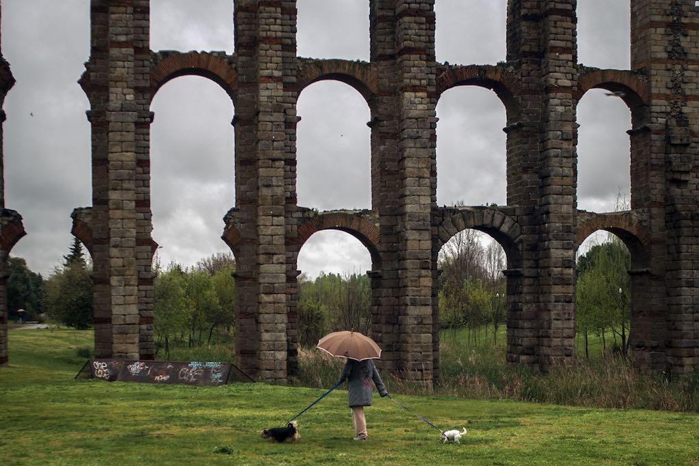 Arquerías del Acueducto de los Milagros (del siglo I a. C.) sobre el río Albarregas, en Mérida.