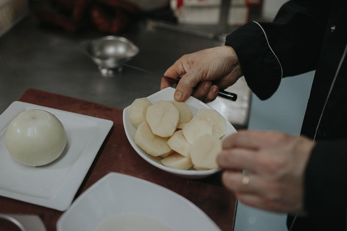 Carlos Barreiro, el cocinero del local, nos hace la receta paso a paso.