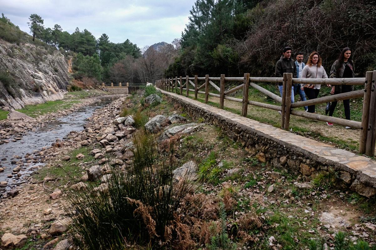 Camino en el río Ruecas en Cañamero, en la comarca de las Villuercas (Cáceres).