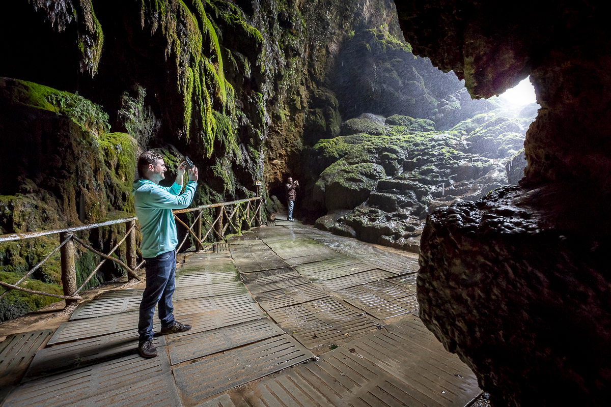 Desde el interior de la gruta Iris se observa la caída de la Cola de Caballo.